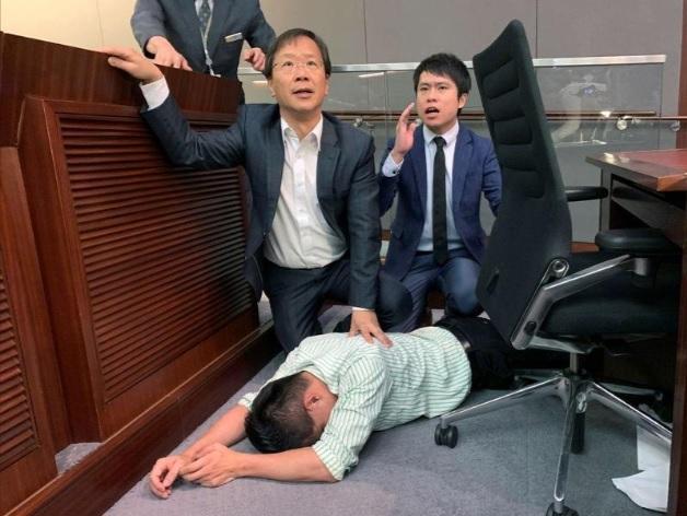 Tranh nhau phòng họp, nghị sĩ Hồng Kông lao vào ẩu đả