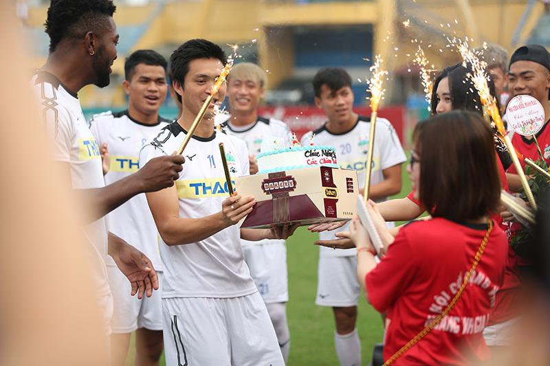 Fan nữ bất ngờ tặng bánh mừng sinh nhật Tuấn Anh