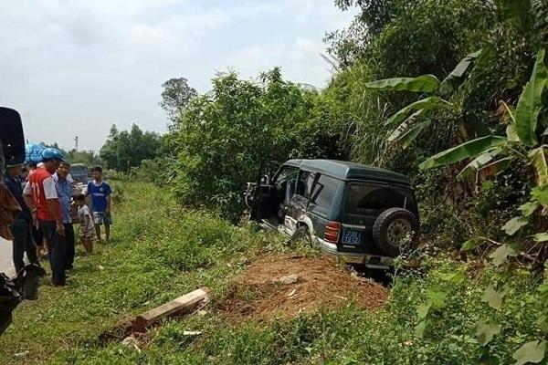 Quảng Bình: Xe biển xanh bị tông văng sang lề đường, hư hỏng nặng