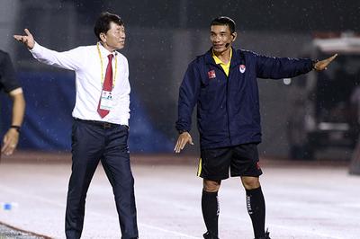 """CLB TPHCM bị cầm hoà, thầy Chung giận """"tím mặt"""" với trọng tài"""