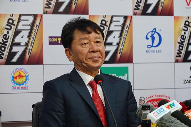 Từ chuyện thầy Chung 'bay ghế' ở TPHCM đến góc khuất bóng đá Việt