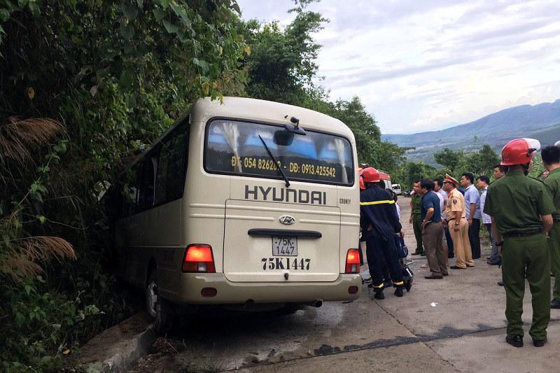 Xe khách đổ dốc tông vách núi, 14 sinh viên nước ngoài bị thương