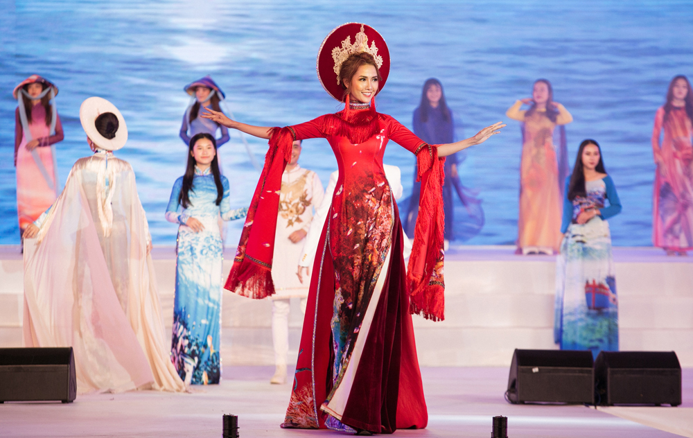 20 người đẹp mở màn Festival Biển Nha Trang trong tà áo dài thướt tha