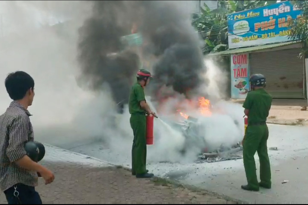Xế hộp biển Hà Nội cháy trơ khung ở Nghệ An khi đi đám cưới