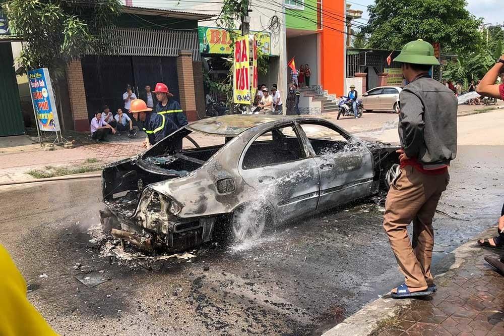 Xế hộp biển Hà Nội cháy trơ khung ở Nghệ An khi đi đám cưới - Ảnh 4.