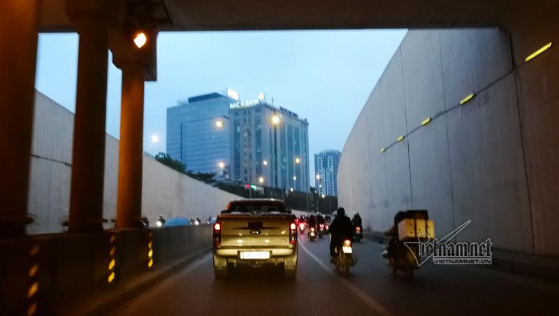 Chui hầm Kim Liên xem xe cộ thi nhau lấn làn, bảo sao cứ tai nạn
