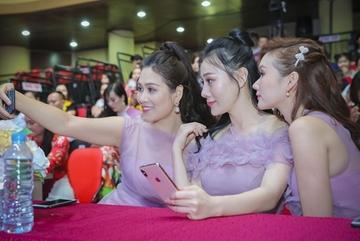 Phương Oanh, Hà Hương cười tươi selfie tại sự kiện thời trang