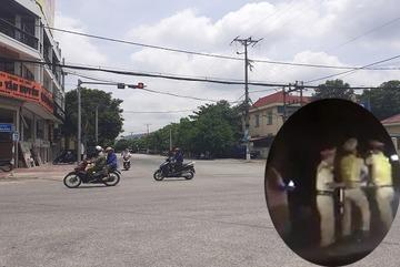 'Thiếu tá quân đội' ngấm men cản trở CSGT xử lý nồng độ cồn