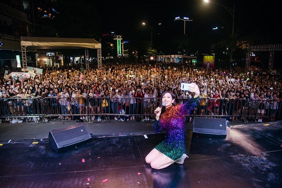 Giọng ca 'Có em chờ' selfie với cả ngàn người, thừa nhận say quắc cần câu