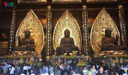 Thousands of pilgrims attend Buddha bathing ritual