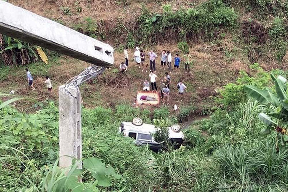 Ô tô 7 chỗ lao xuống vực ở Lào Cai, chồng chết, vợ nguy kịch