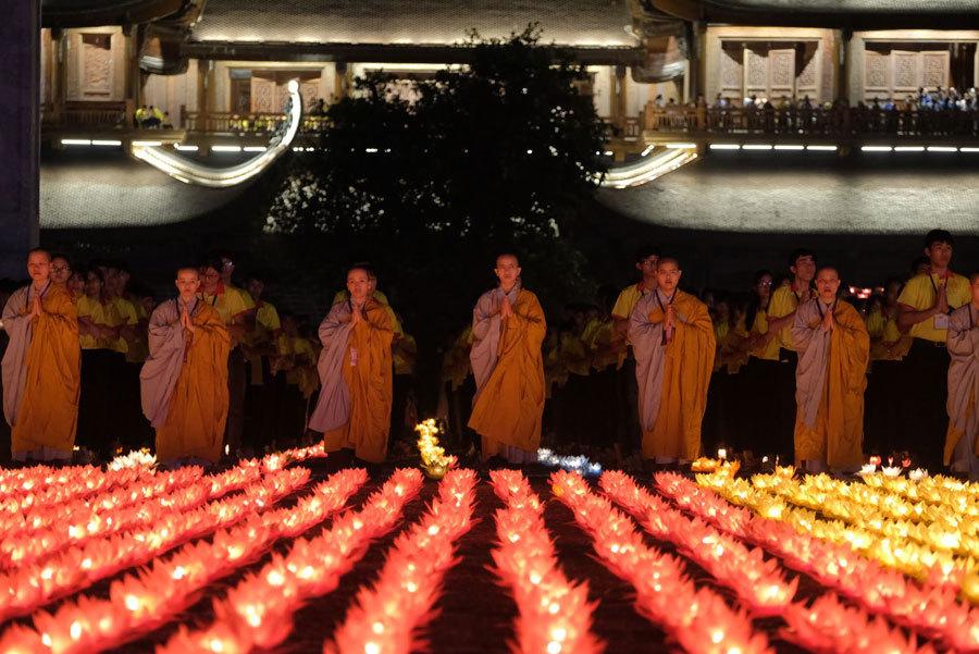 Thiêng liêng đêm hoa đăng cầu nguyện hòa bình thế giới tại Vesak 2019