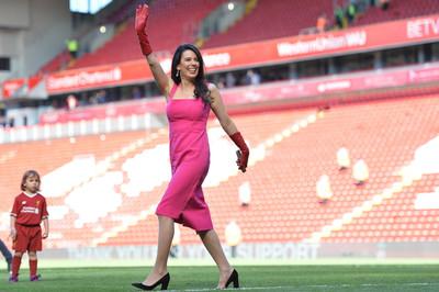 Vợ ông chủ Liverpool xinh đẹp gây sốt tại Anfield