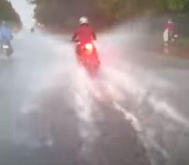 Màn 'rẽ sóng' của thanh niên đi mô tô khiến nhiều người phẫn nộ