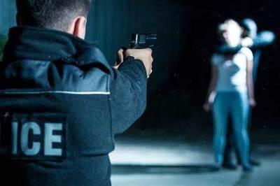 Bị bạn gái chê, nam sinh chĩa súng bắt cả lớp làm con tin
