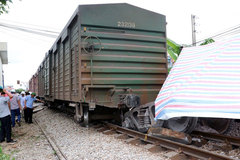 Train derails in Nam Dinh, paralyses North-South route