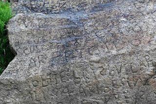 Giải mã bí ẩn trên phiến đá cổ 'ẵm' thưởng hàng chục triệu đồng