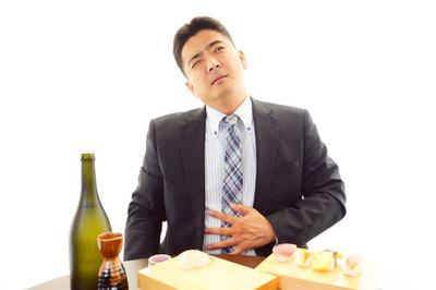 Đau bụng, đi ngoài sau khi uống rượu, bia phải làm sao?
