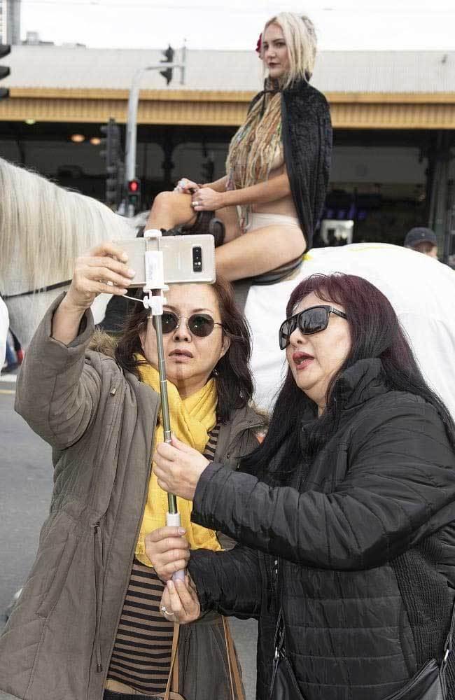 người đẹp,khỏa thân,khỏa thân cưỡi ngựa,Australia