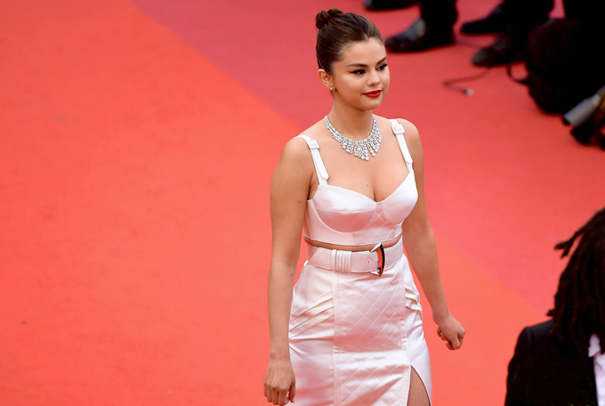 Mỹ nhân khoe vòng 1 nóng bỏng trên thảm đỏ LHP Cannes