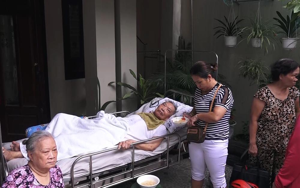 Đà Nẵng: Cứu cụ ông bị liệt khỏi ngôi nhà cháy dữ dội