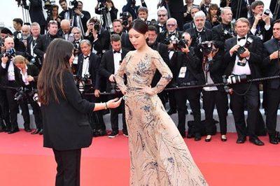 Sao nữ Trung Quốc giả điếc khi bị 'đuổi khéo' trên thảm đỏ Cannes