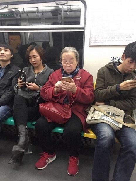 'Dung ma ma' gây bão mạng xã hội vì hành động trên xe bus