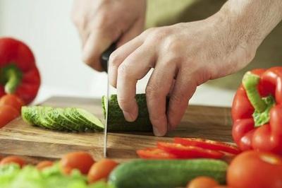 Đầu bếp bịt mắt thái rau củ nhanh như chớp