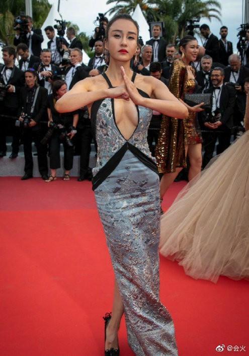 Mỹ nhân 'KungFu Yoga' mặc váy khoét sâu khoe vòng 1 gây tranh cãi ở Cannes