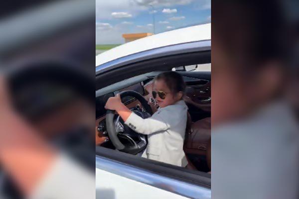 Bé 5 tuổi lái ôtô nhoay nhoáy, cộng đồng mạng dậy sóng