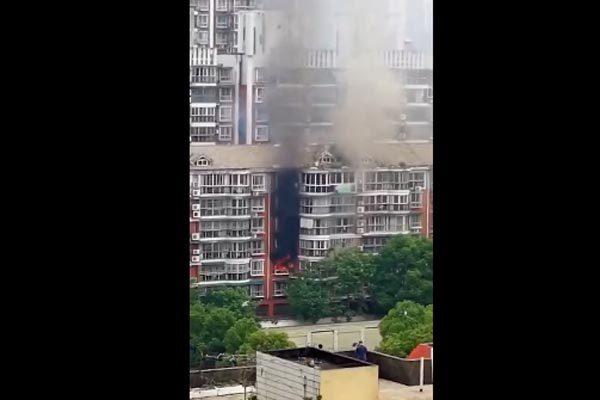 Bị mẹ tra khảo điểm số, con trai phóng hỏa đốt nhà