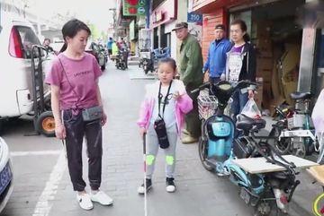 Người mẹ để con gái mù tự đến trường suốt 5 năm và sự thật rơi nước mắt