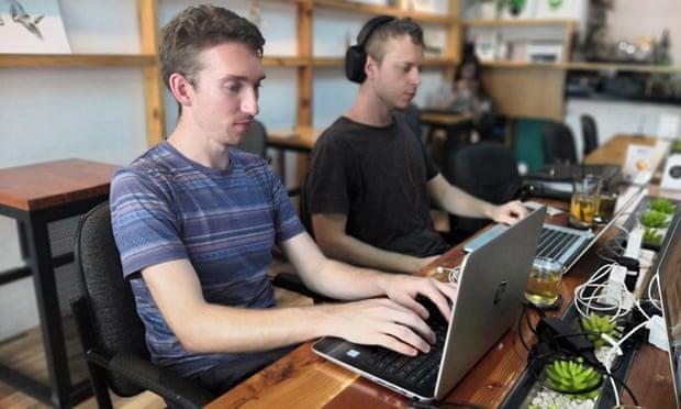 Giới trẻ thời 'du mục kỹ thuật số', nơi đâu cũng là văn phòng làm việc
