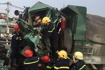 Cắt cửa cabin, đưa thi thể tài xế kẹt cứng sau tai nạn ra ngoài