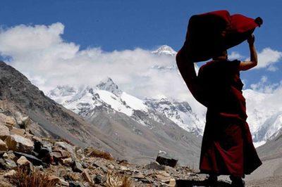 Cuộc sống của nhà sư một mình tu hành trên đỉnh thế giới