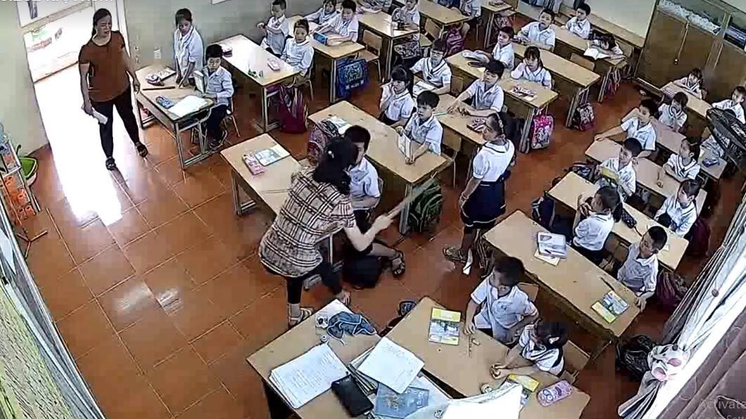 Cô giáo tát mặt và vụt thước liên tiếp, trẻ lớp 2 phải đi viện