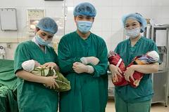 9X sinh cùng lúc 3 bé trai giống nhau, 200 triệu ca mới có 1