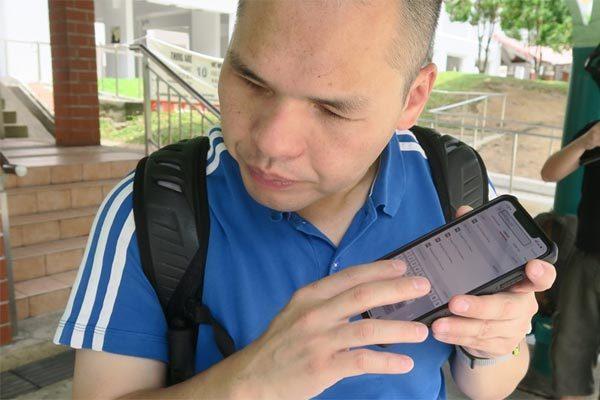 Xem người mù bấm điện thoại nhoay nhoáy, nhanh hơn người sáng mắt
