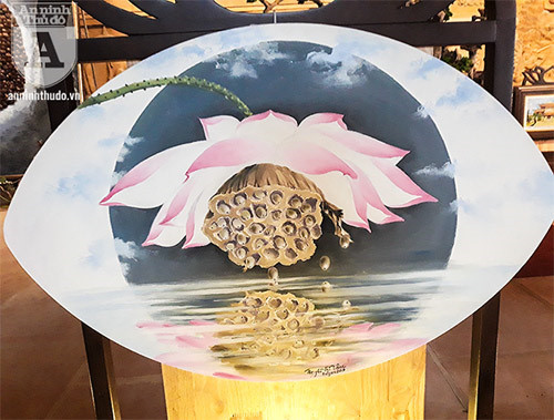 Impressive lotus paintings on display for UN Day o,entertainment news,what's on,Vietnam culture,Vietnam tradition,vn news,Vietnam beauty,Vietnam news,vietnamnet news,vietnamnet bridge,Vietnamese newspaper,Vietnam latest news,Vietnamese newspaper articles,