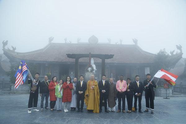 300 đại biểu Vesak chiêm bái, cầu an trên đỉnh Fansipan