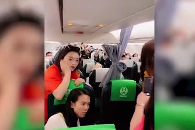 Bà mẹ không cho đóng cửa máy bay để chờ con gái mua hàng miễn thuế