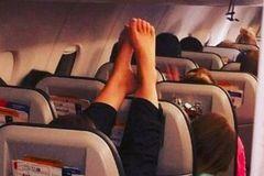 Chết khiếp: Khách đi máy bay gác đôi chân thối lên đầu người khác