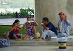Nắng gắt hơn 40 độ, dân Đà Nẵng chui gầm cầu ăn ngủ