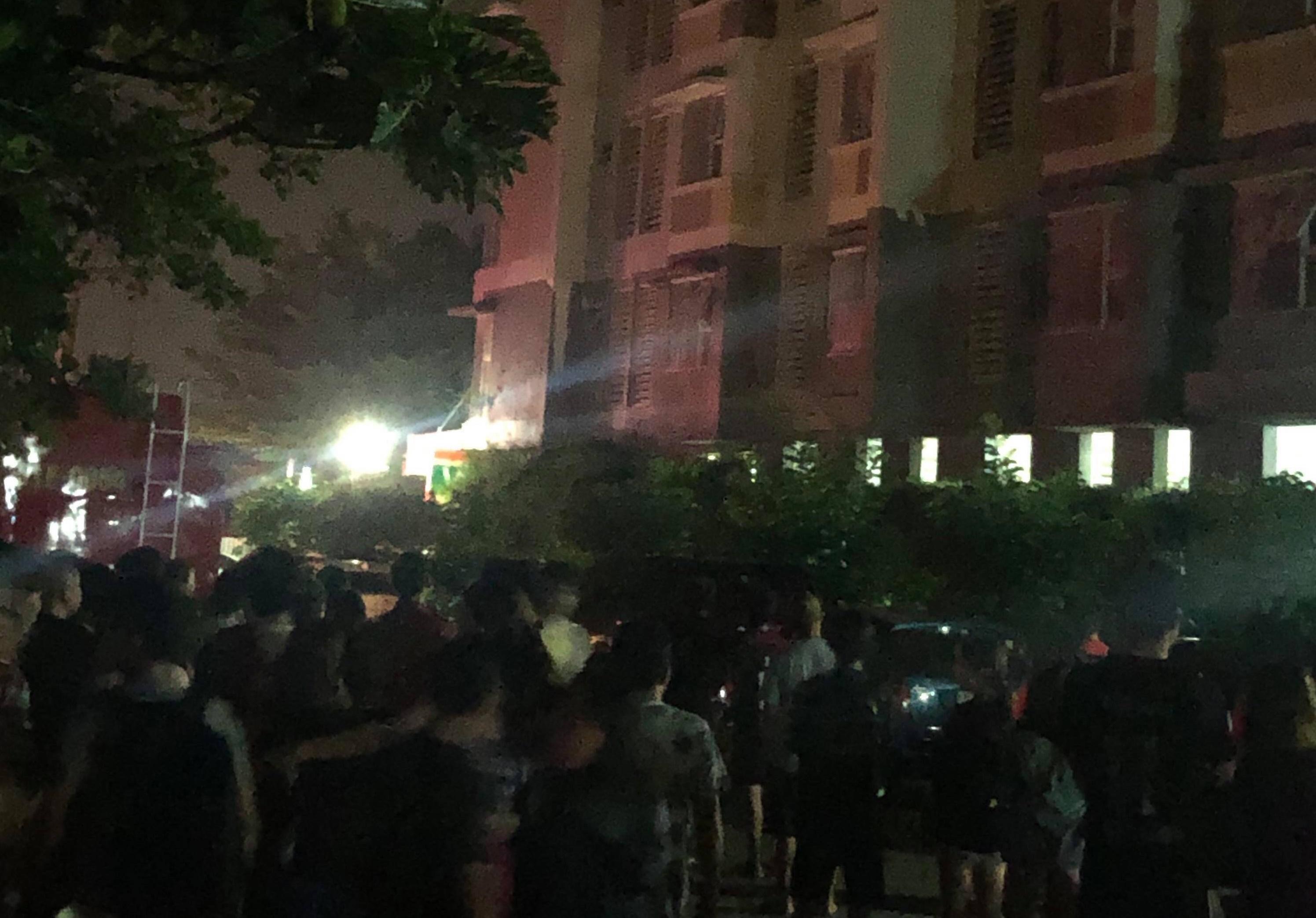 Cháy chung cư Flora Anh Đào, hàng trăm người tháo chạy