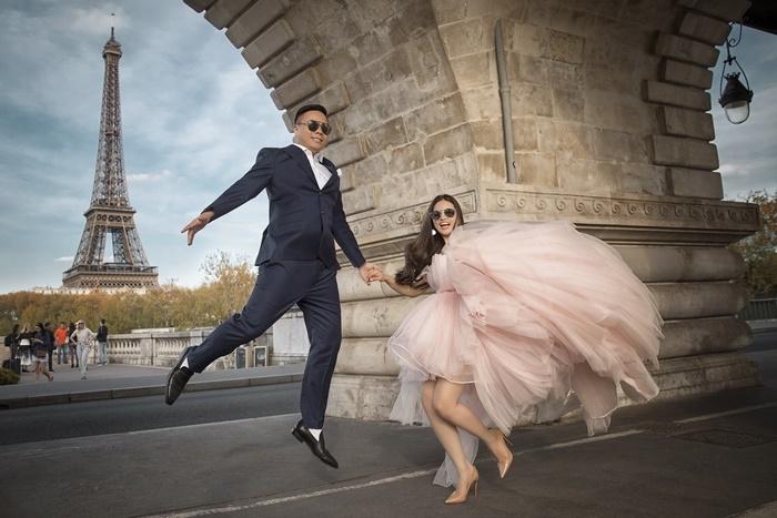 Đạo diễn 'Cua lại vợ bầu' hôn vợ 9X bên tháp Eiffel