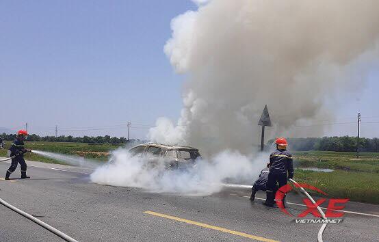 Ô tô Ford Eco Sport cháy trơ khung trên đường đi bảo dưỡng