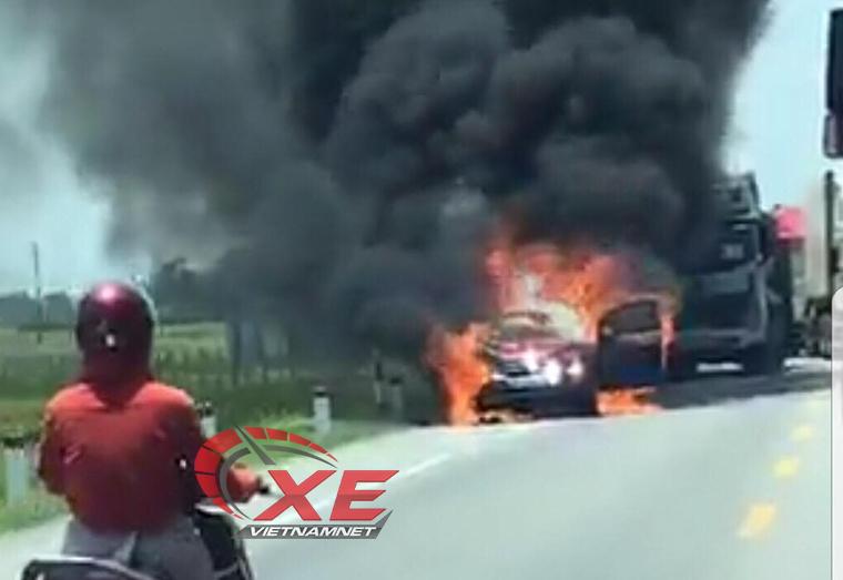 cháy ô tô,cháy xe,bảo dưỡng ô tô,rơm cuốn gầm xe