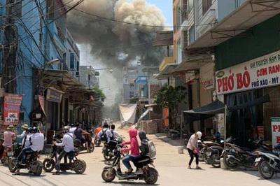 Hà Nội: Xưởng mộc 200m2 sát nhà dân bốc cháy dữ dội