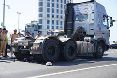 Đà Nẵng: Nam công nhân bị cuốn vào gầm container, xe máy nát bét