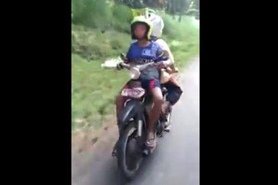 Cận cảnh chiếc xe máy 'đi ngược' kỳ quái
